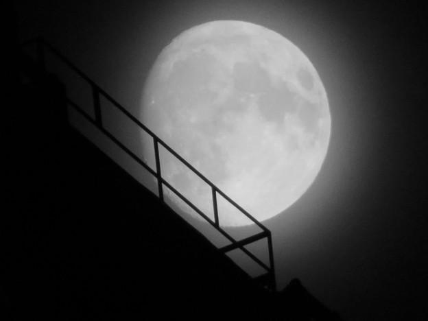 スパイラルタワーズの隙間に見えた月(2018年9月22日) - 3