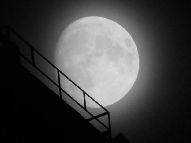 スパイラルタワーズの隙間に見えた月(2018年9月22日) - 4
