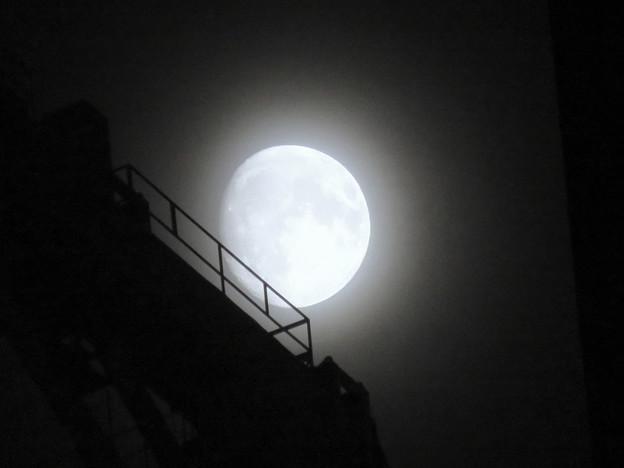 スパイラルタワーズの隙間に見えた月(2018年9月22日) - 5