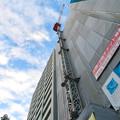 真下から見上げた建設中の高層マンション(?)のクレーン - 1