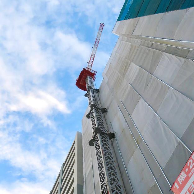 真下から見上げた建設中の高層マンション(?)のクレーン - 2