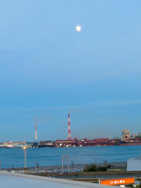 金城ふ頭駐車場から見た景色 - 7:工場の上に昇った月