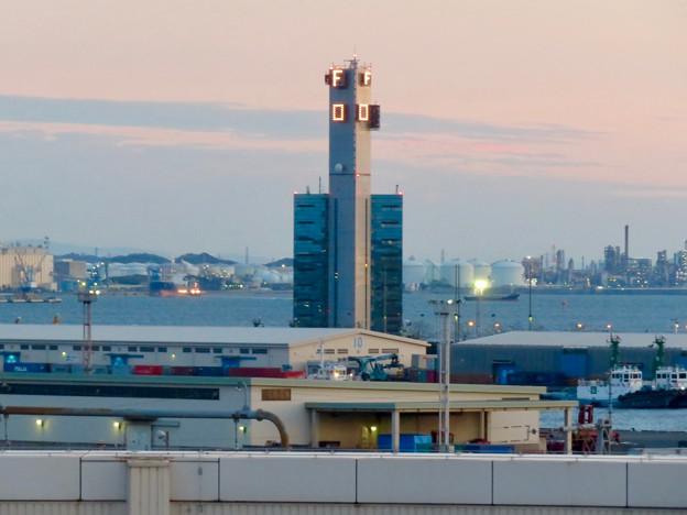 金城ふ頭駐車場から見た景色 - 8:風速などを表示する建物?