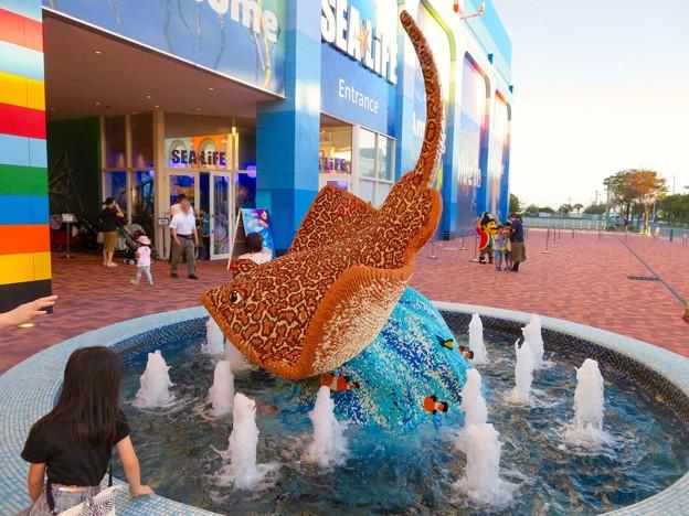 レゴランド・ジャパン・ホテルとシーライフ名古屋 - 3:入口前の噴水に巨大なエイ!?