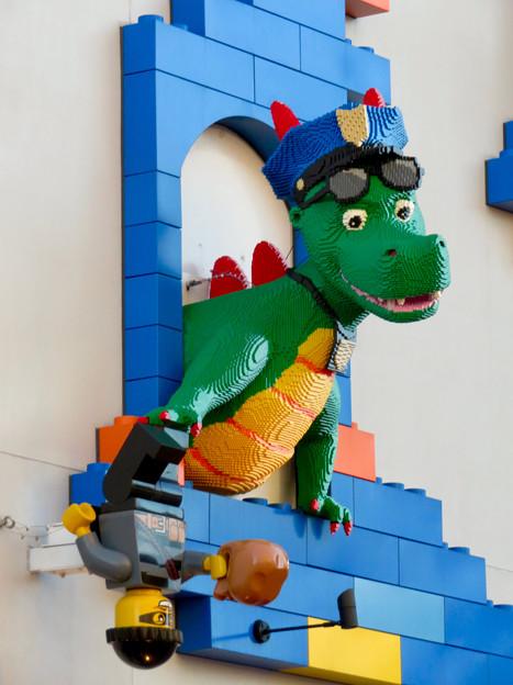 レゴランド(2018年9月) - 4:外側のトイレ入り口上にドラゴン!