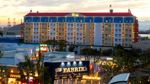 今年(2018年)4月にオープンした「レゴランド・ジャパン・ホテル」 - 19:金城ふ頭駐車場から見た夕暮れ時のホテル