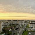写真: 夕日に向かってまっすぐ伸びていた雲 - 2