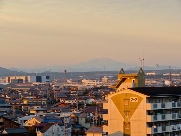 県営岩崎住宅から見た夕暮れ時の御嶽山 - 1