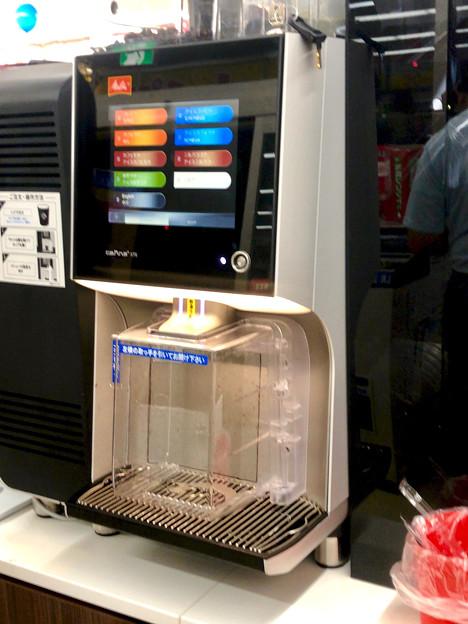 最近ローソンの新店舗で見かけるこのコーヒーメーカーは…