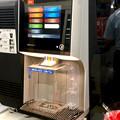 写真: 最近ローソンの新店舗で見かけるこのコーヒーメーカーは…