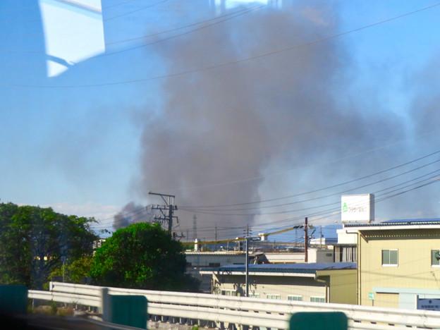 東名高速走行中の高速バスから撮影した国盛化学の火事 - 4