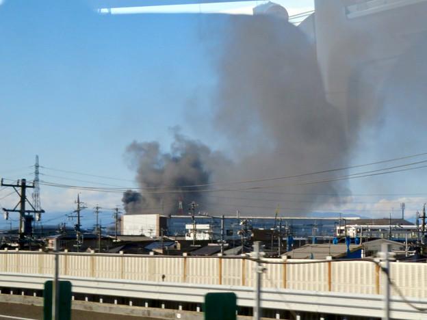 東名高速走行中の高速バスから撮影した国盛化学の火事 - 10