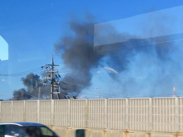 東名高速走行中の高速バスから撮影した国盛化学の火事 - 31