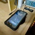 Photos: AnkerのQi充電器「PowerPort Wireless 5 Pad」 - 8:iPhone充電中