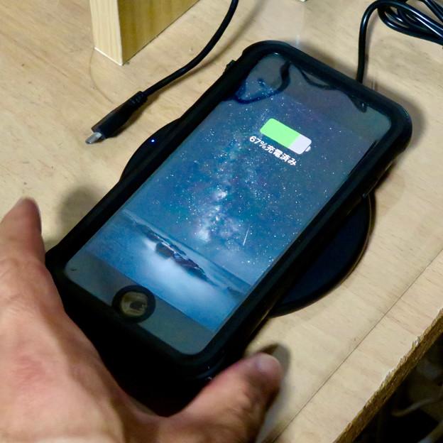 AnkerのQi充電器「PowerPort Wireless 5 Pad」 - 11:iPhone充電中