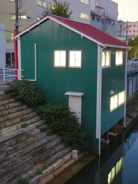 堀川の岩井橋付近にある可愛らしい建物の謎の…店舗?? - 2