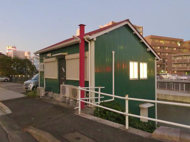 堀川の岩井橋付近にある可愛らしい建物の謎の…店舗?? - 3