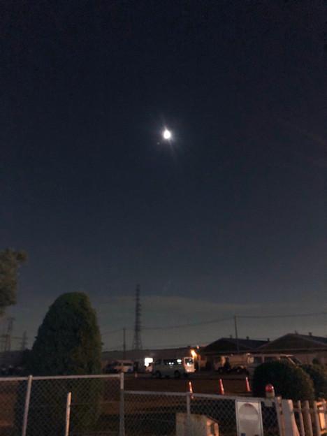 写真: iPhone 8で撮った、並んで輝く月と火星 - 2