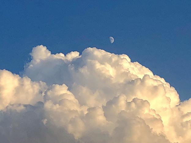久しぶりに暖かかった秋の日、夏のような雲(2018年10月18日) - 3:すでに高く昇っていた半月