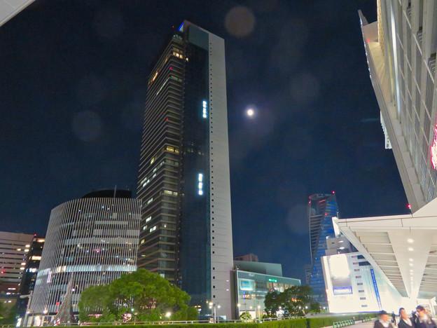 ミッドランドスクエアの横で輝いてた月(2018年10月21日)- 1
