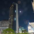 写真: ミッドランドスクエアの横で輝いてた月(2018年10月21日)- 1