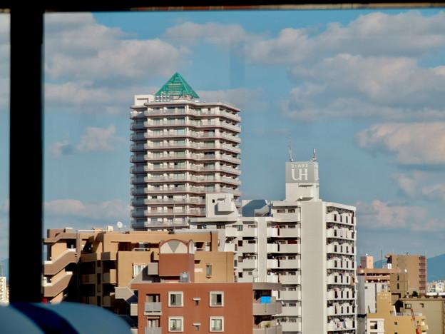 名古屋高速の高速バス車内から見た昼間の「アンビックス志賀ストリートタワー」 - 1