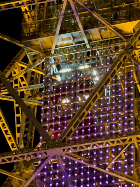 真下から見上げた夜の名古屋テレビ塔のエレベーター - 3