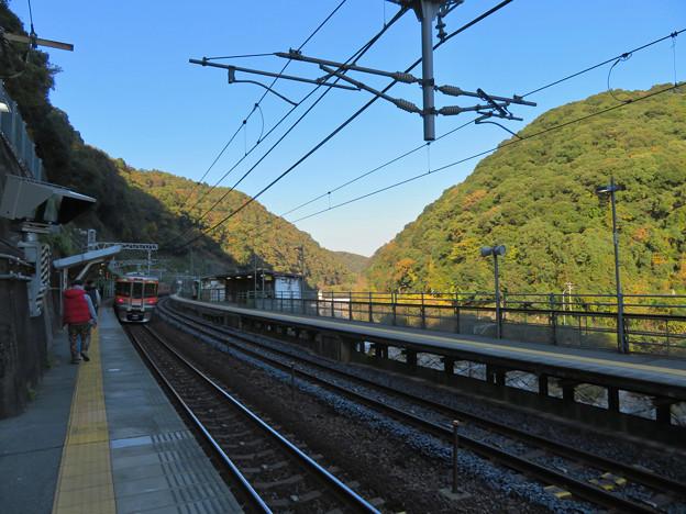 定光寺駅ホームから見た周辺の山々の紅葉 - 1