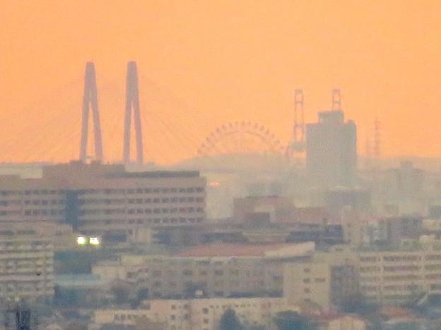定光寺展望台から見た景色:名港中央大橋とシートレインランドの大観覧車 - 2