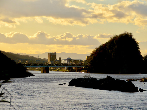 夕暮れ時の犬山橋と鵜沼城跡