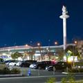 写真: ららぽーと名古屋みなとアクルス前にそびえ立つ港区役所の通信電波塔と名古屋高速の高架 - 2
