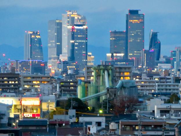 ららぽーと名古屋みなとアクルス駐車場から見た景色 - 18:名駅ビル群と巨大工場