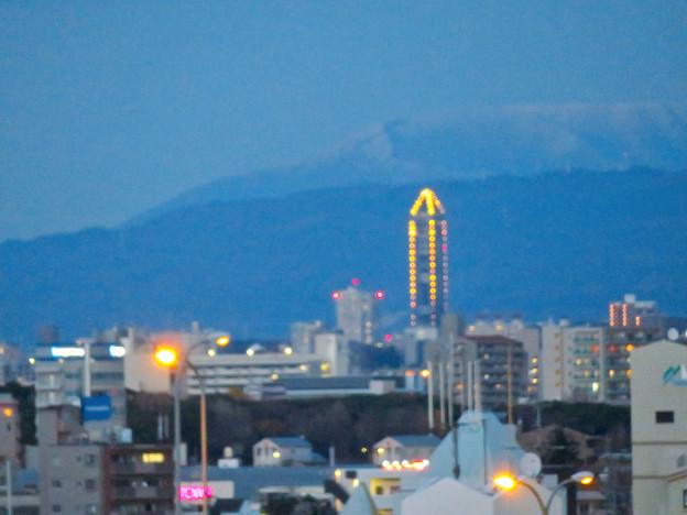 ららぽーと名古屋みなとアクルス駐車場から見た景色 - 22:東山スカイタワーと後ろのそそり立つ雪山