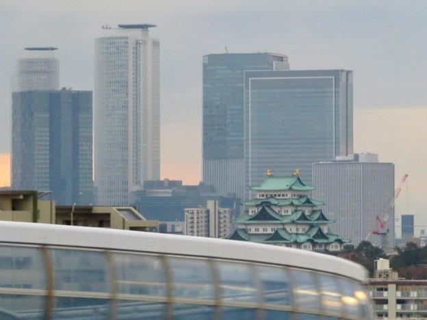名古屋高速を走る高速バス車内から見た名駅ビル群と名古屋城 - 2
