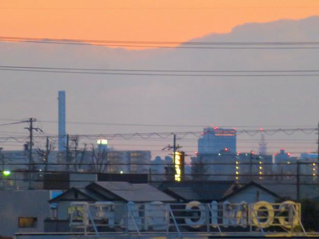 夕暮れ時の大池沿いから見た中部電力千代田ビル