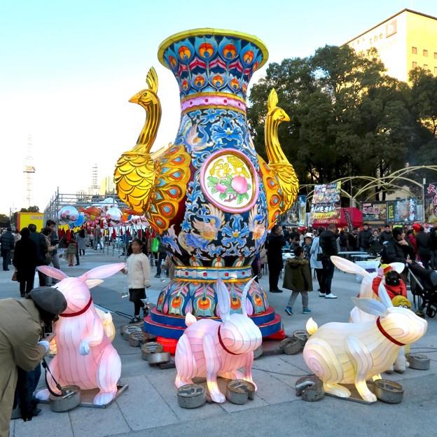 名古屋中国春節祭 2019(昼間)No - 17:クジャクをモチーフにした巨大な壺?とウサギ