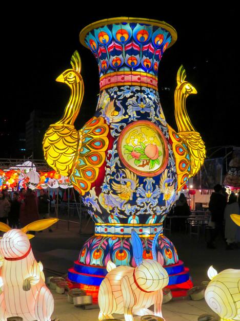 名古屋中国春節祭 2019(夜間)No - 5:クジャクをモチーフにした巨大な壺?とウサギ