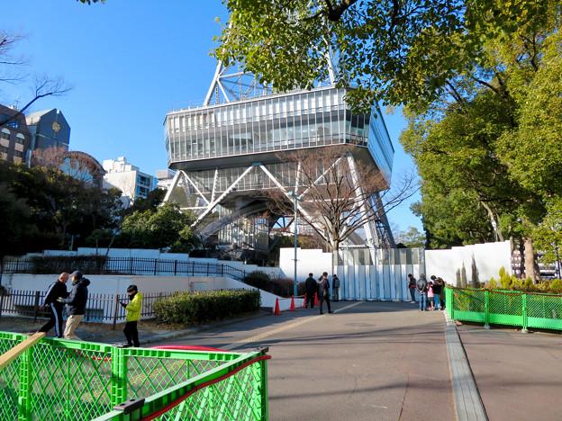 再整備工事中で封鎖されてた久屋大通公園(2019年1月27日) - 12:名古屋テレビ塔前でポケモンGoをしてる(?)人たち