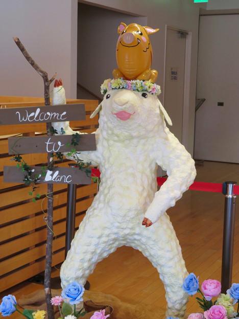 花フェスタ記念公園:花のミュージアム内にいた変なキャラ - 2