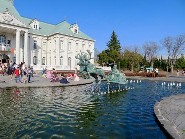 お菓子の城 No - 9:お城前の池のサンタ像