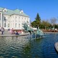 Photos: お菓子の城 No - 9:お城前の池のサンタ像