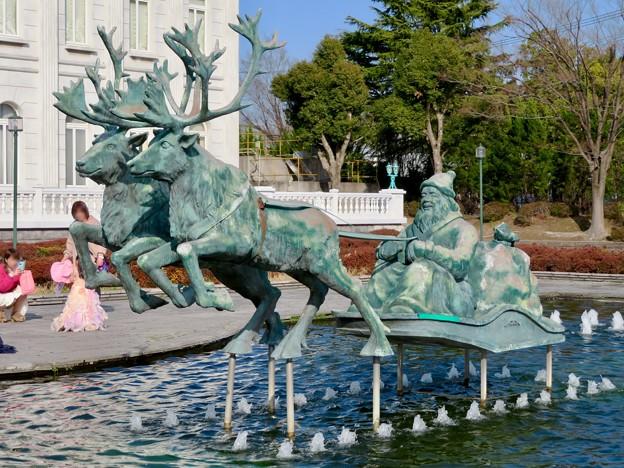 お菓子の城 No - 10:お城前の池のサンタ像