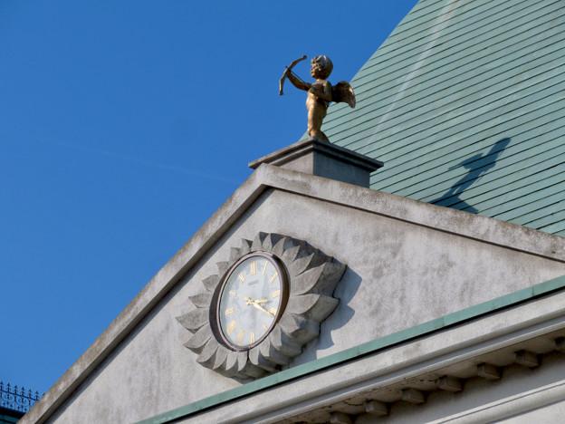 お菓子の城 No - 64:お城の屋根に設置されてる矢を射る天使像