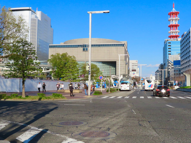 錦通沿いから見た再整備工事中の久屋大通公園と愛知芸術文化センター - 1