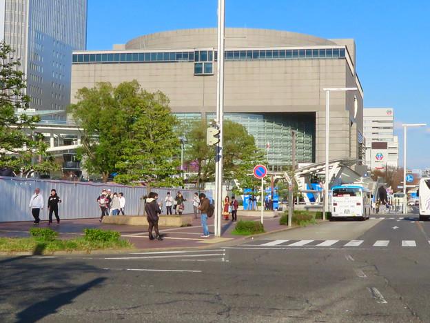 錦通沿いから見た再整備工事中の久屋大通公園と愛知芸術文化センター - 2