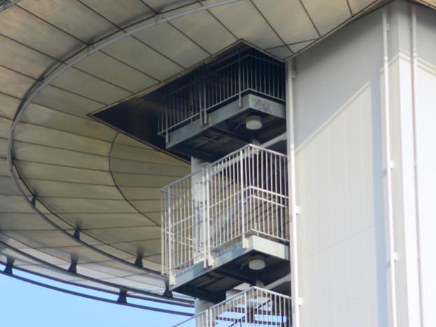 近くから見上げたツインアーチ138 No - 8:側面の非常階段