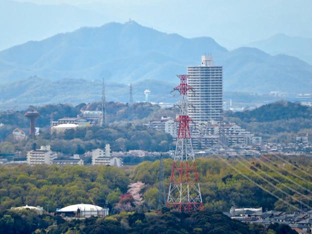 尾張戸神社の展望台から見た景色 - 19:桃花台中央公園の給水塔とスカイステージ33