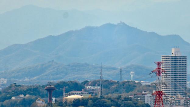 尾張戸神社の展望台から見た景色 - 21:スカイステージ33越しに見えた岐阜城・金華山
