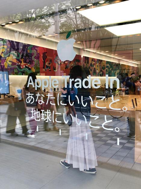 Appleストア名古屋栄:アースデーで緑色の葉が付いたリンゴと標語