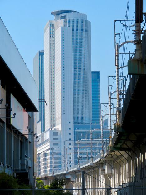 東海道新幹線の高架越しに見たセントラルタワーズ - 1